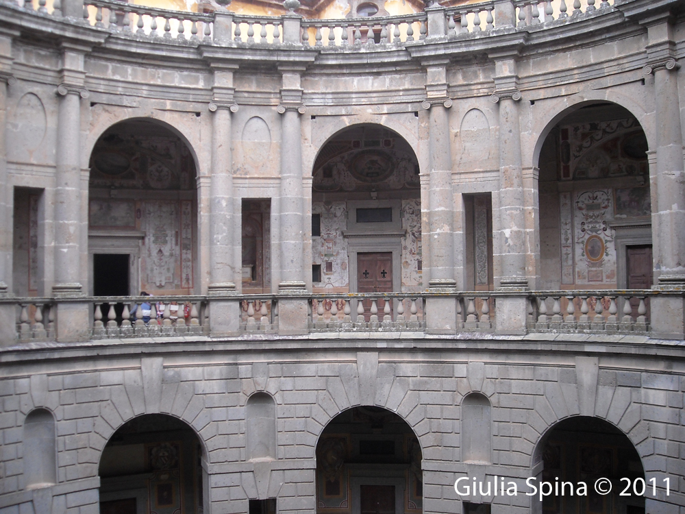 Il palazzo farnese di caprarola for Cortile circolare